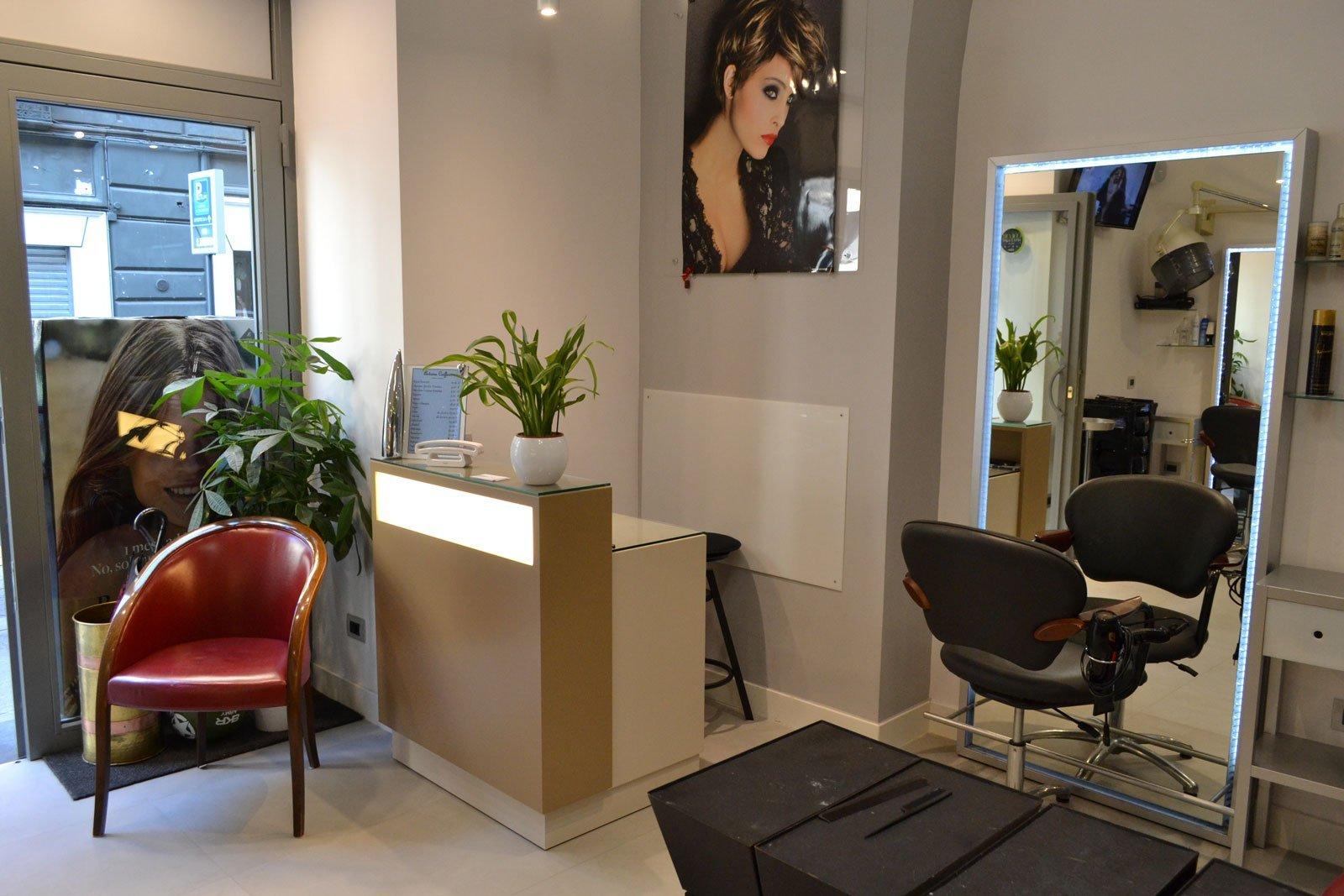 Realizzazione mobili su misura per parrucchiere in napoli for Arredo parrucchiere
