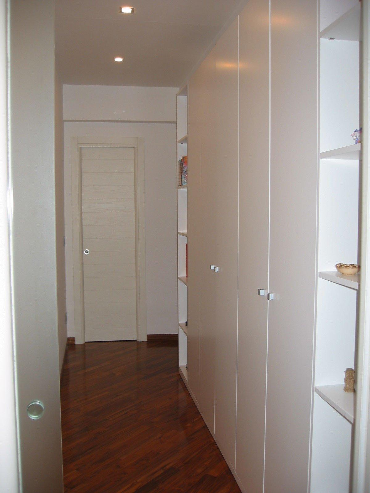 Mobile libreria in legno su misura per corridoio napoli - Mobile per corridoio ...