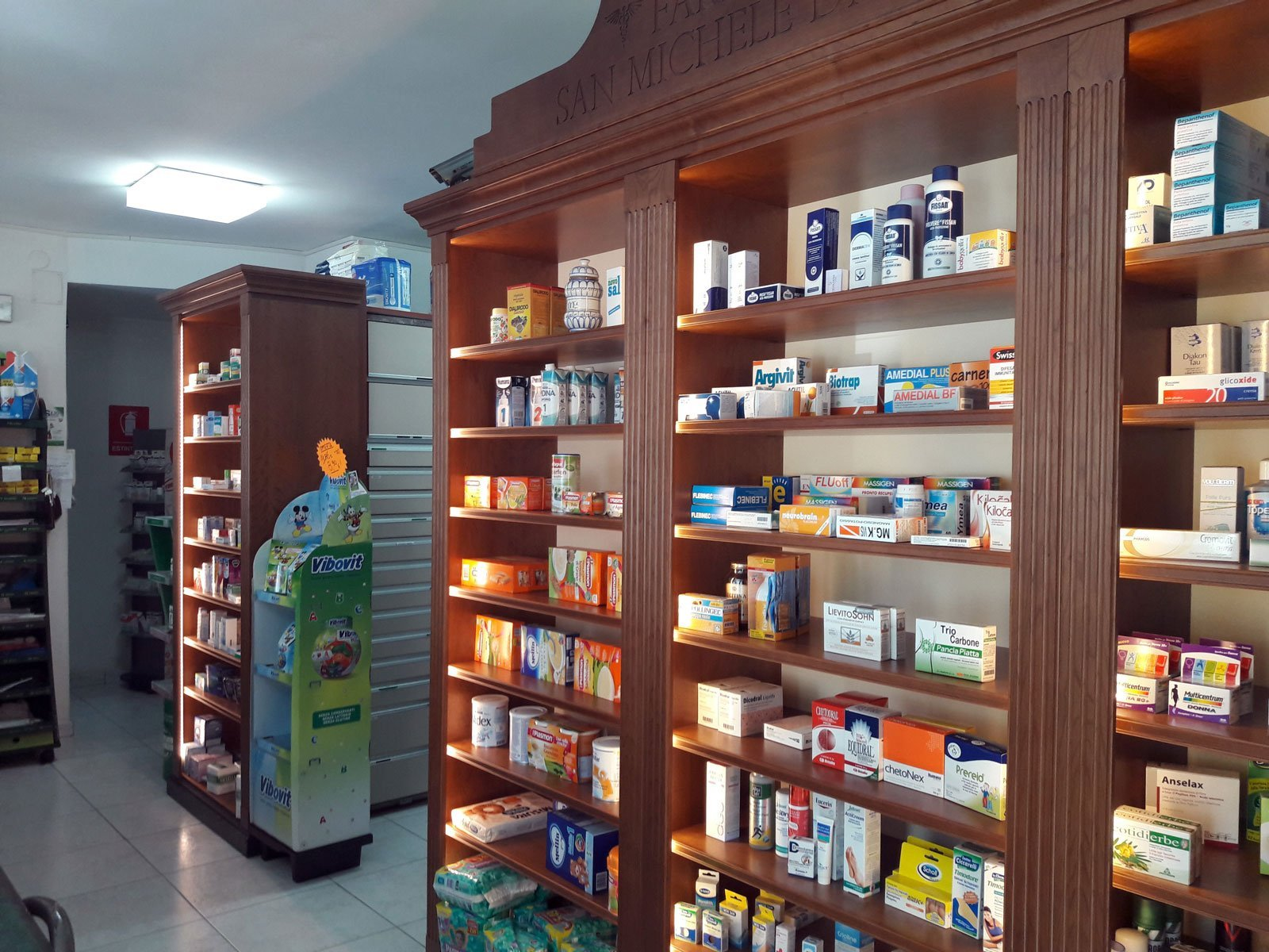 Arredamento Negozi In Legno : Arredo classico in legno ciliegio farmacia s michele volla areco