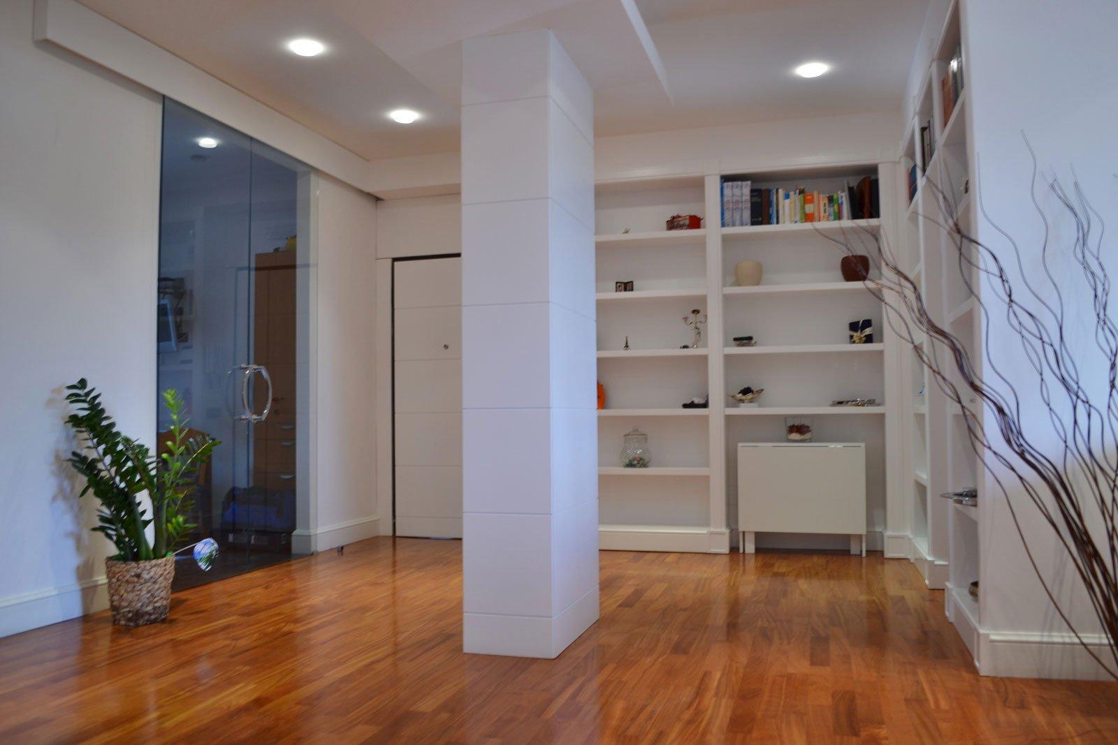 Legno Laccato Su Misura mobili su misura con boiserie e libreria bianco laccato