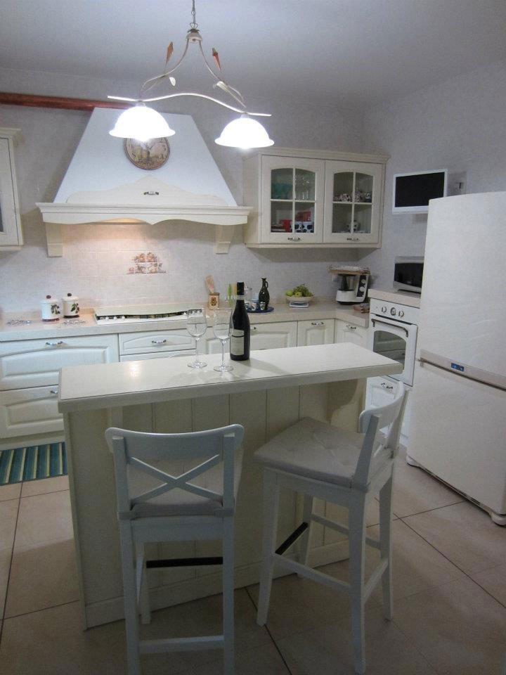 Cucina legno bianco decapato trendy vetrinetta bianca - Cucina legno bianco decapato ...