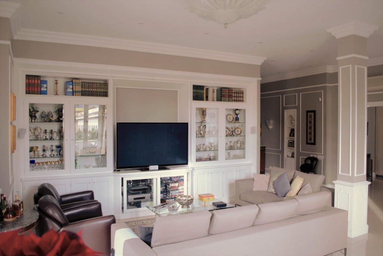 Boiserie classica mobile salone vetrine in stile inglese arecodesign napoli for Mobili per salone