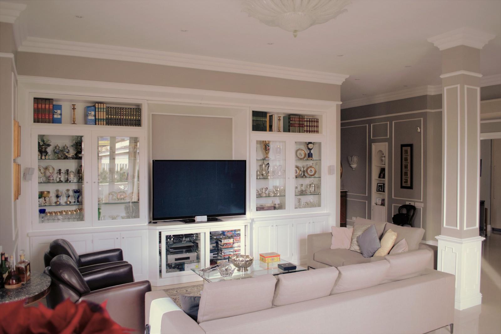 Boiserie classica mobile salone vetrine in stile inglese - Soggiorno stile inglese ...
