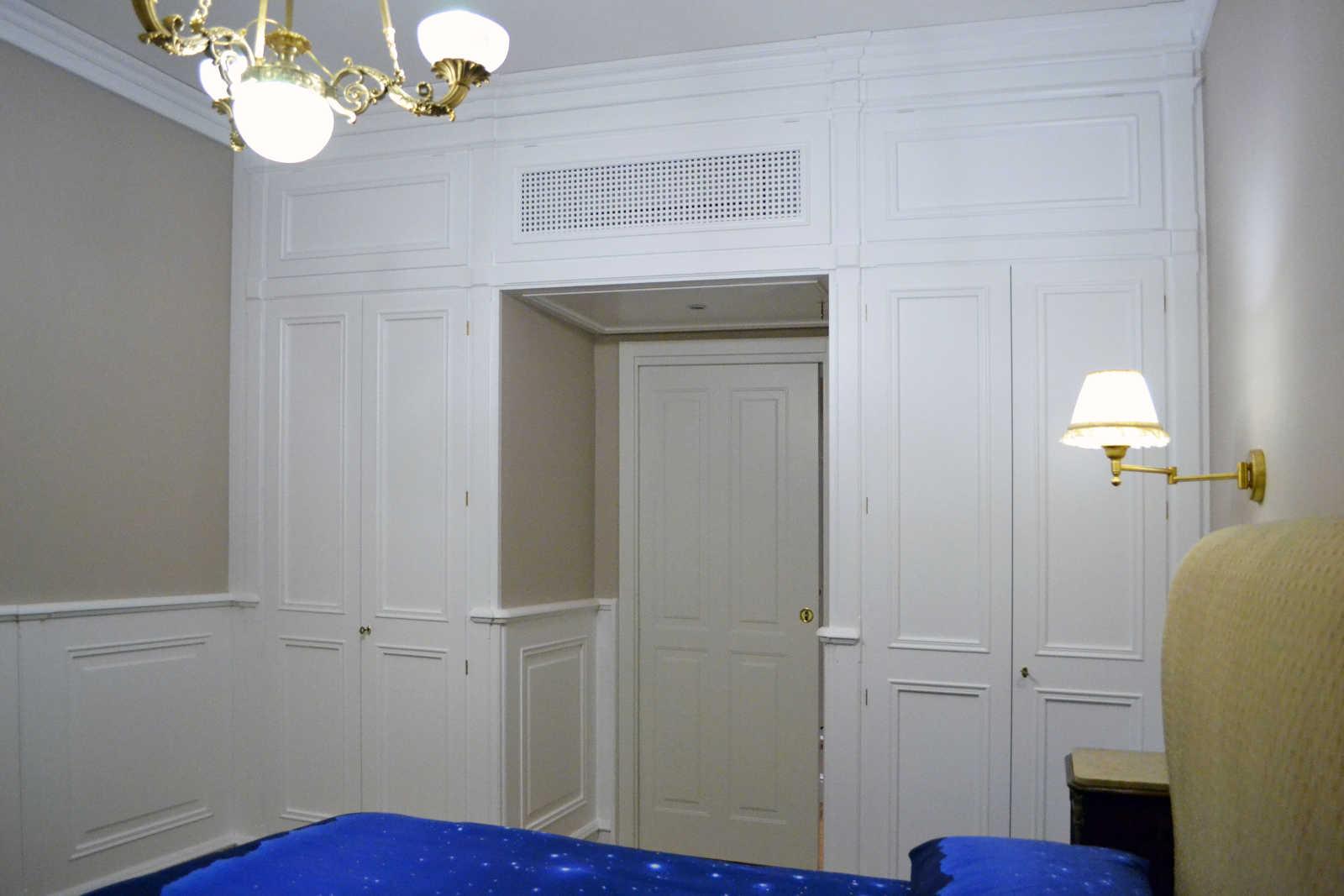 Boiserie classica per camera letto arecodesign napoli - Camera da letto con boiserie ...